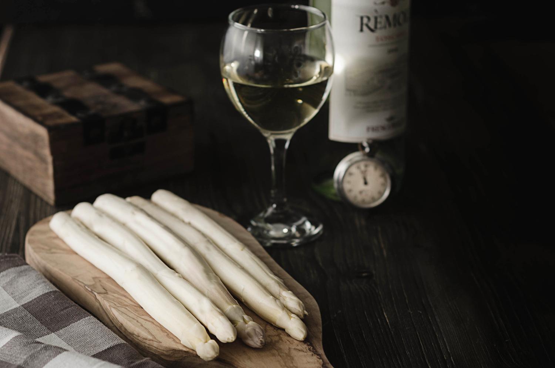 Spargel roh mit Weißwein